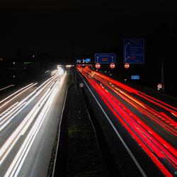 Snelweg in de avond