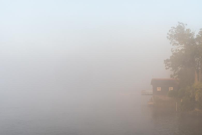 Dromen aan de oever van de Lek - Vroeg in morgen is het stil op de doorgaans druk bevaren rivier de Lek. Alleen het gedempte geluid van een passerend