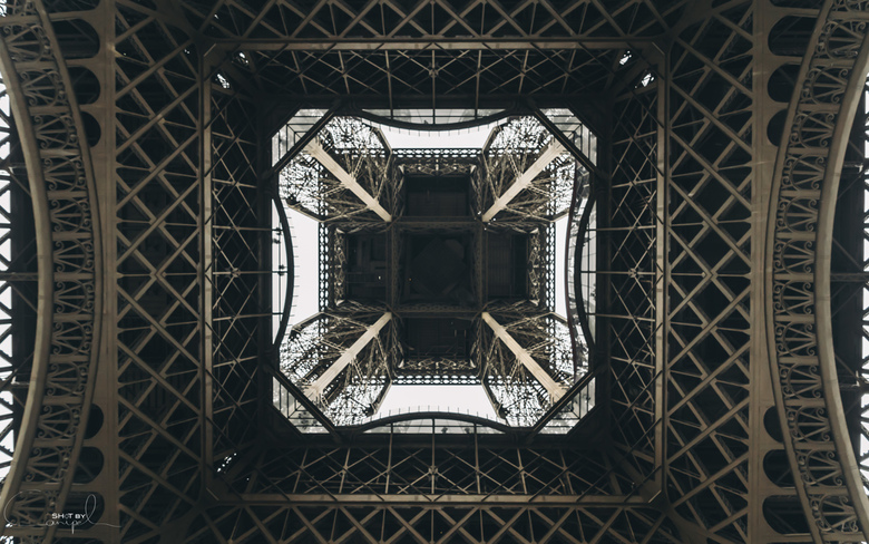 Eiffeltoren. - De Eiffeltoren langs onder. Het bekende monument eens van een ander standpunt.<br /> <br /> Voor meer neem gerust een kijkje op:<br /