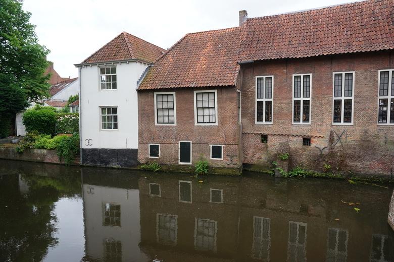 Gebouwen langs het water