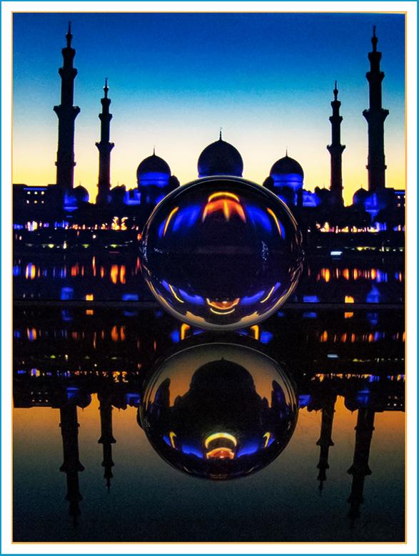 """GLAZEN BOL EN FIGUREN 29 - """"Een grote moskee"""" in de glazen bol en op de acrylplaat."""