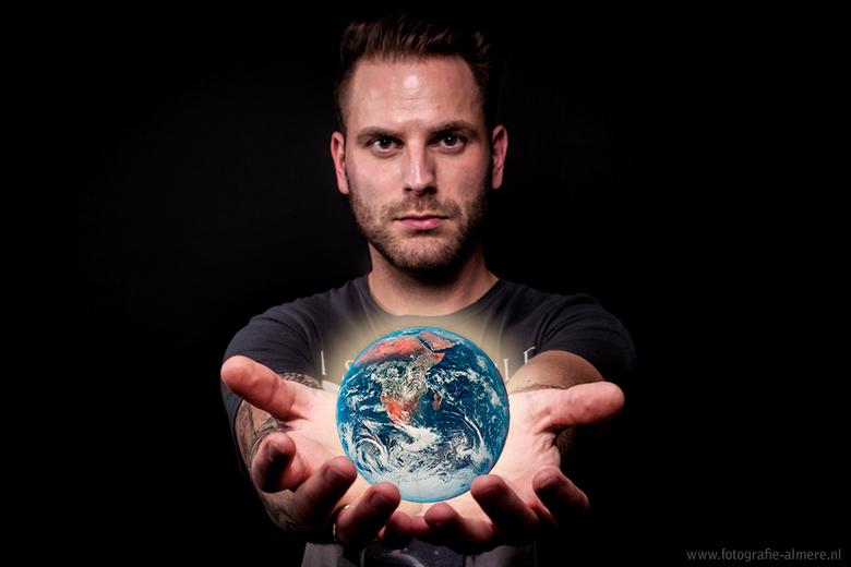 Holding the world - Bewerking toegepast op een foto van m'n broertje.