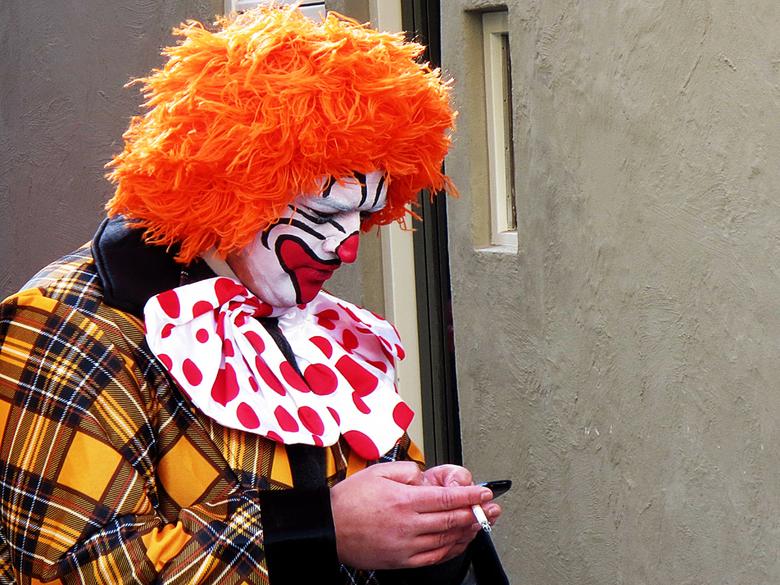 Telefoneren - Een bovenslootse clown, die in Oeteldonk carnaval komt vieren!