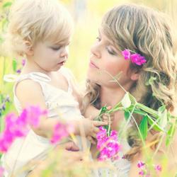 Mirjam en Vera tussen de paarse bloemen