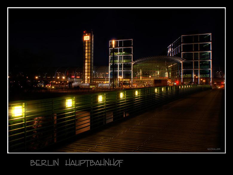 Kom over de brug... - Via het mooie Park, langs de Spree (waar veel mensen genieten op bankjes langs het water)wandel je door glooiende grasvelden ove