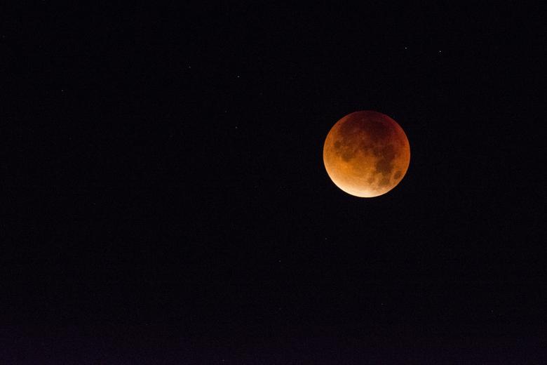 """Super bloodmoon - Ik kon het niet laten om vannacht toch even te gaan kijken en die mooie rode maan vast te leggen!<img  src=""""/images/smileys/smile.pn"""