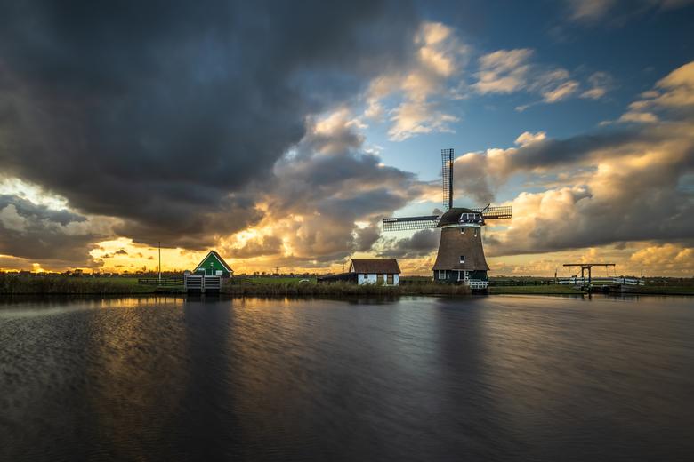 De Woudaap - Prachtige luchten vermengd met regenwolken boven molen de Woudaap in Westknollendam.