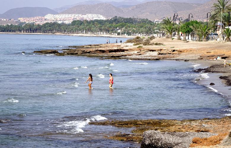 Strand 2 - met temperaturen van rond de 30 graden is de zee nog aantrekkelijk maar in Spanje doen ze er na 1 oktober niet veel meeraan. gr. Nel