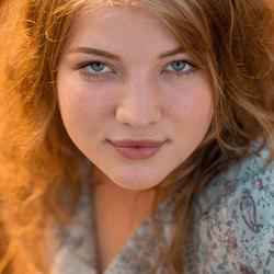 Maudy fotoshoot van een tienermeisje tijdens zonsondergang op de hoge veluwe gemaakt door anneke davids fotografie20180714_0197