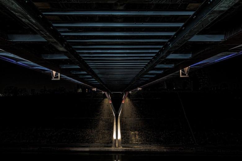 Under the bridge - Zo mooi als een brug van boven kan uitzien, hoe fascinerend is dan de onderkant.