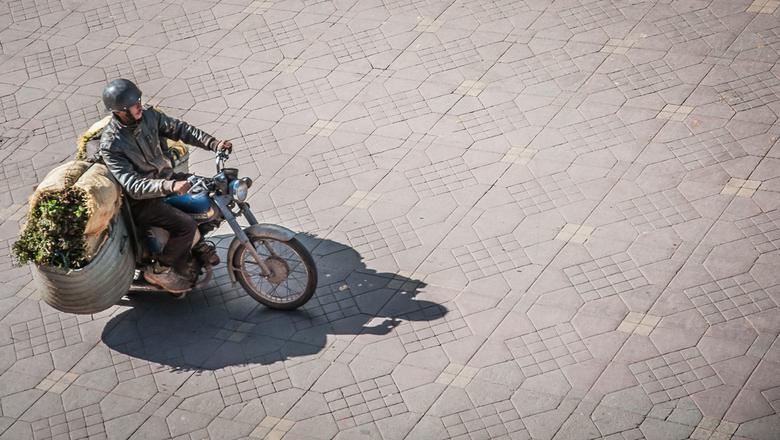 Daar gaat hij... - ... met de fietstassen van de vorige foto.