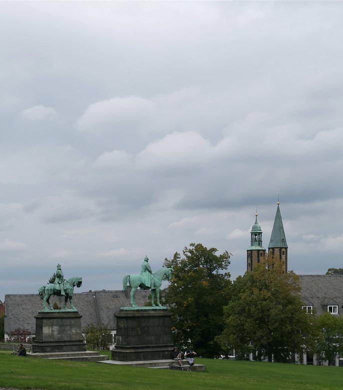 Frederik te paard - Voor het Keizerlijk paleis, staan de twee standbeelden van keizer Frederik te paard in Goslar Duitsland.<br /> Heb bewust veel lu