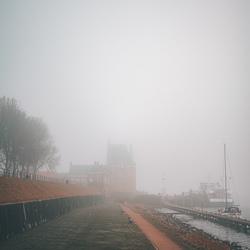 Kampveerse toren in de mist