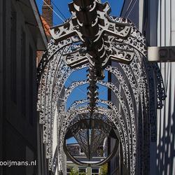 Dinosaurusstandbeeld  in steeg van Leeuwarden