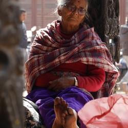 Nepal- 'Vrouw zoekt koelte in de schaduw'