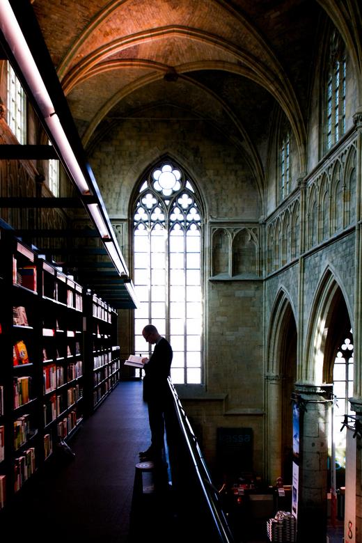 Lezer  - Boekhandel Maastricht,in een kerk