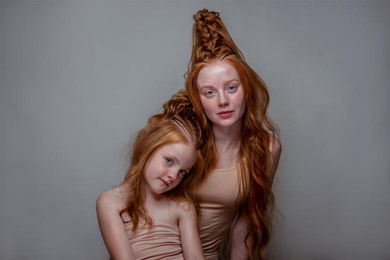 Saskia en Rosalie - Modellen Saskia Oever en Rosalie.<br /> Haar door de mama van Rosalie; Inge Donkers van Vlechtidee.<br /> Fotografie: Sanne van