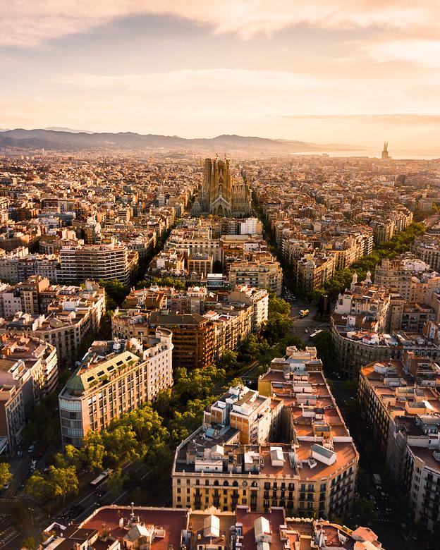 Barcelona ontwaakt - In de vroege ochtend ging ik op pad in Barcelona om het fascinerende stratenpatroon van de stad vanaf boven vast te leggen, met d