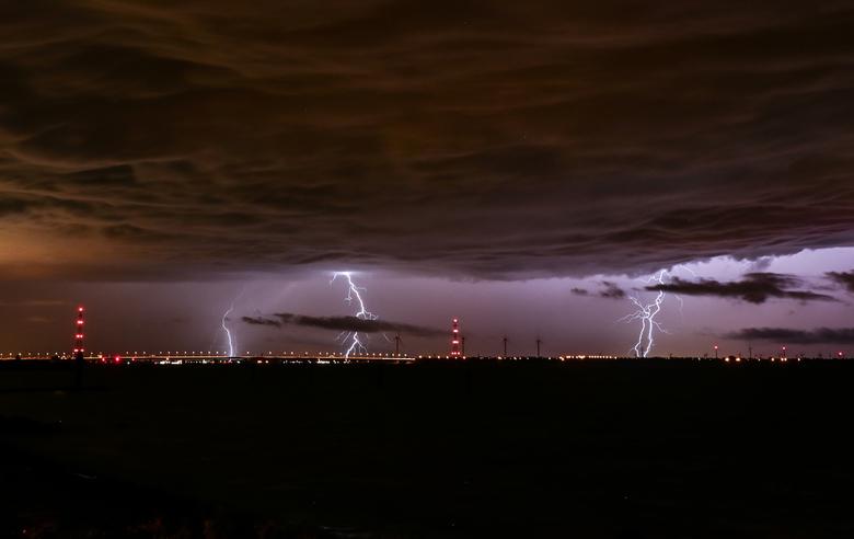 Onweer donderdagavond - Vanaf de Hoekschewaard kon je de onweersbuien makkelijk voorbij zien trekken. Deze foto met sluitertijd van 30 seconden, ISO32