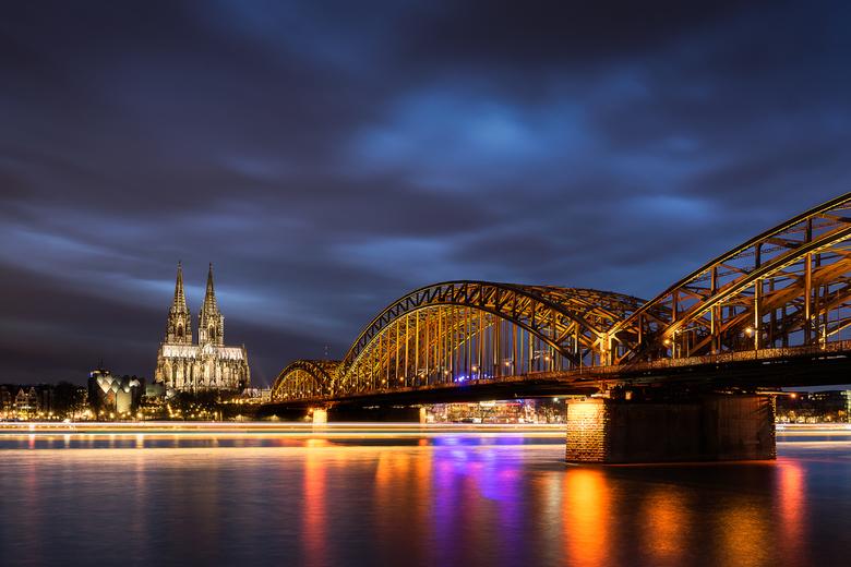 Moody Keulen - Afgelopen weekend een dagje naar Keulen geweest en dan moet je wel een cityscape maken van deze stad. In dit geval naar de kade gereden