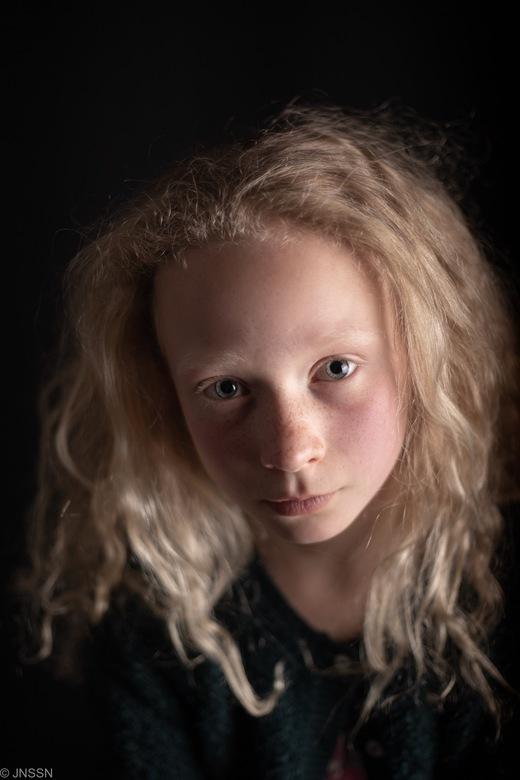 Beauty - Ik heb 3 foto's van dit mooie meisje geüpload en twijfel welke foto ik zal laten meedoen met de portretwedstrijd. Hebben jullie een idee?