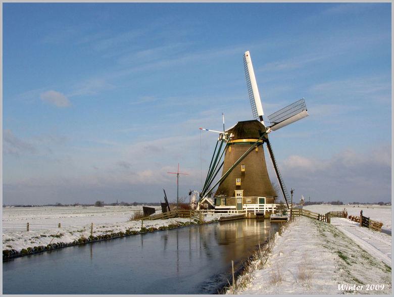 Winter 2009 - Vanmiddag nog even buiten geweest om wat foto's te maken van de sneeuw. De molen maakt hier een echt nederlands winterplaatje van.