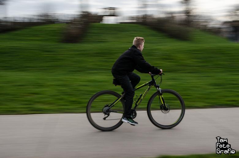 Snelheid - Oefenen voor het fotograferen en het mee bewegen van schaatsers en hoe? gewoon een schaatser hard laten fietsen en mee bewegen <br /> <br
