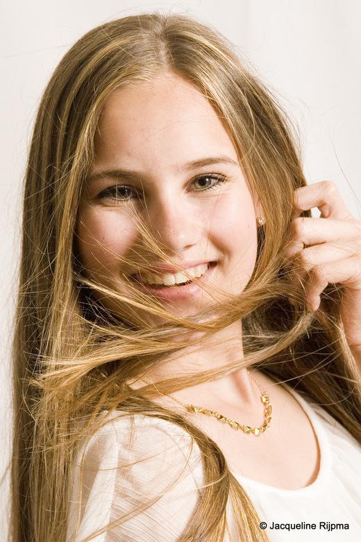 Christel  - Portret van Christel met wapperende haren (dankzij de föhn die haar moeder buiten beeld van onderaf naar boven richt)