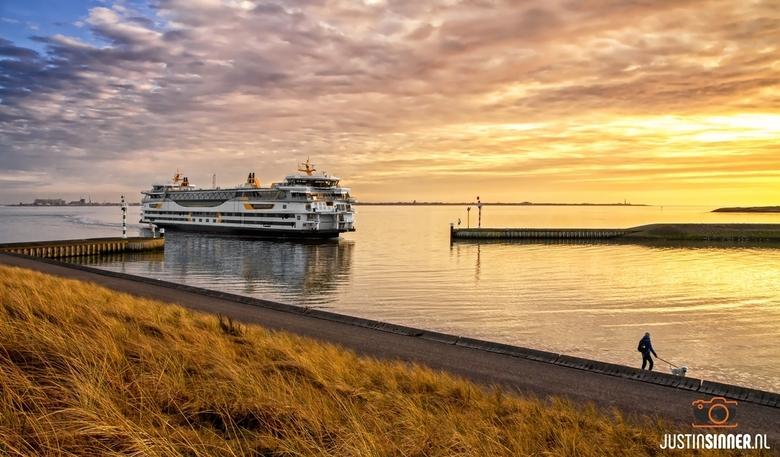 Veerboot Texelstroom tijdens mooie zondondergang op Texel.
