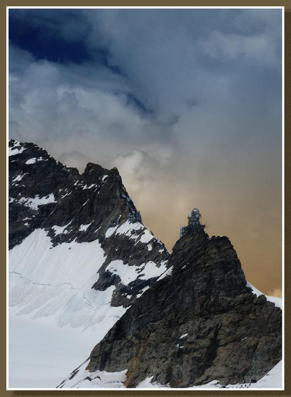 Jungfraujoch - De Sphinx op de Jungfraujoch, gezien vanaf de Mönchjochhütte. Onvoorstelbaar dat men dit voor elkaar heeft weten te krijgen. Let helema