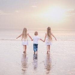 zussen en broertje op het strand