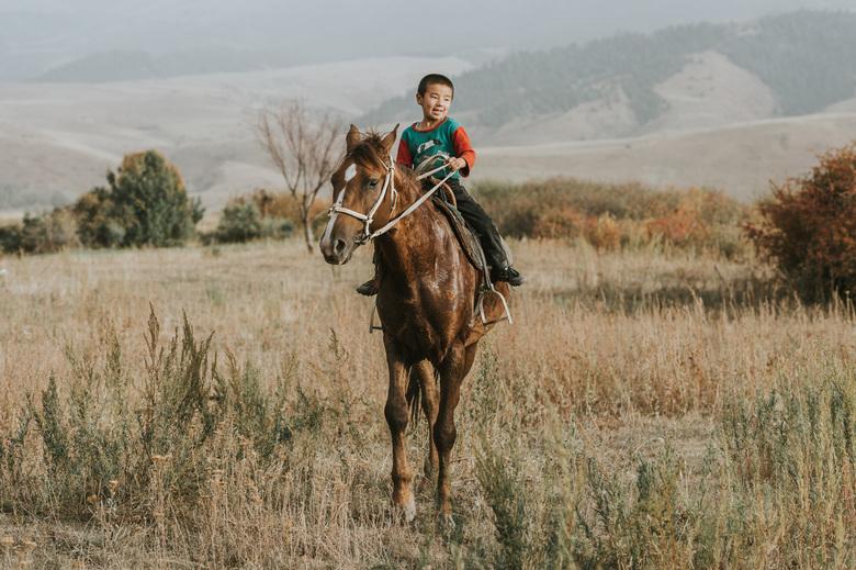 Kids. - Geweldig om te zien hoe deze kinderen van jongs af aan al met paarden kunnen omgaan en al kuddes kunnen bijeendrijven als herders. Indrukwekke