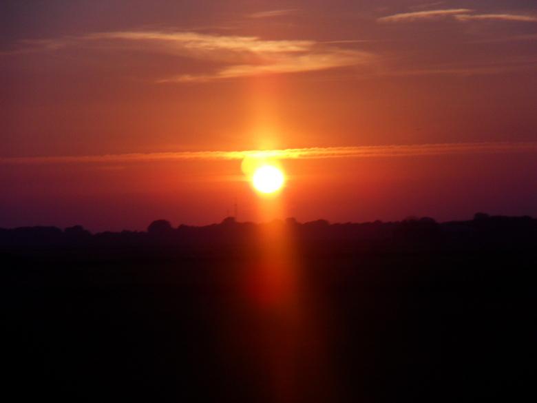 sunset  - foto genomen uit een rijdende bus