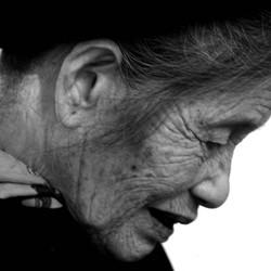 Oude dame in Hanoi