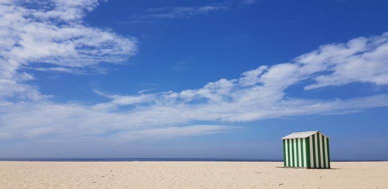 Minimalisme in kleurvlakken - Minimaal gebruik van kleuren en vlakken in deze foto van een strand bij Figuera da Foz in Portugal.
