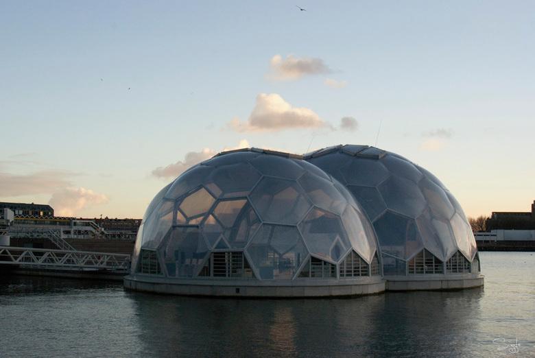 Rotterdam serie 2(22) - Het paviljoen.In avond licht.