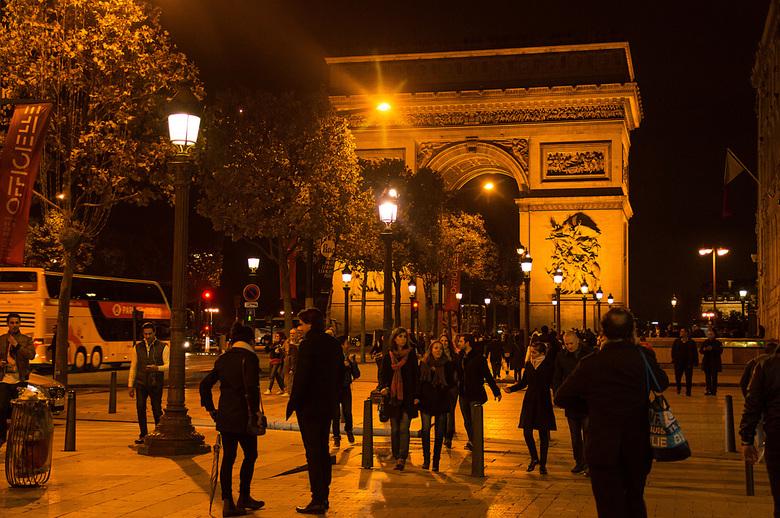 L'arc de Triomphe a nuit -