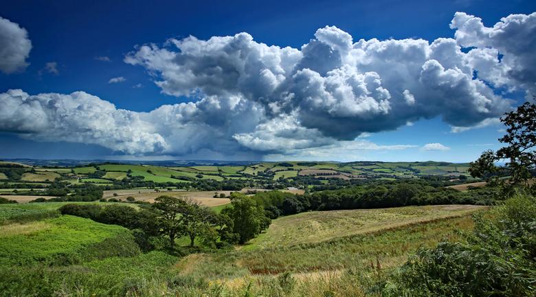 Some rain may fall, Dorset countryside. - Het lapjes deken landschap van Dorset Engeland. Even groot zien.