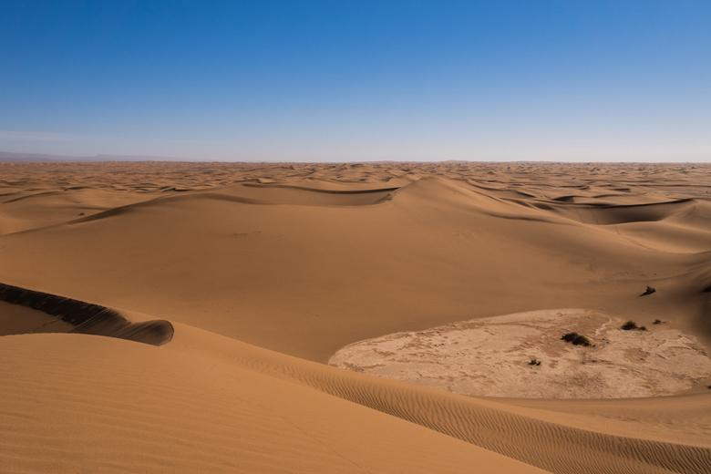 The Dune Sea - De ogenschijnlijk eindeloze duinen van de noordelijke Sahara in zuid Marokko. In feite zijn het eigenlijk een soort van velden van duin