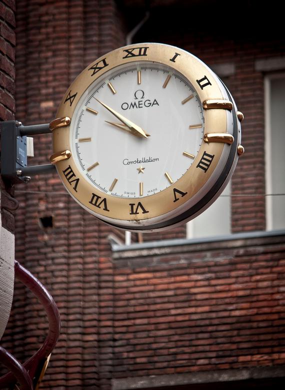 Klok - Een foto uit een serie van 8 klokken op- of aan gebouwen gemaakt voor een schoolopdracht tijdens een stadswandeling in Eindhoven waarvoor ik al