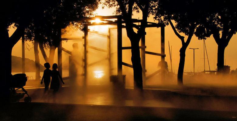 nevel pret - hoi.<br /> deze foto is gemaakt in de stad Koper in Slovenië.<br /> hier waren holle balken die het water naar buite nevelde en dit taf