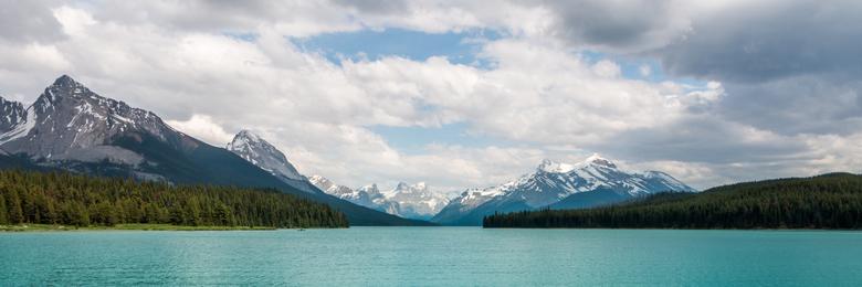 panorama - zicht op de bergen vanaf het meer