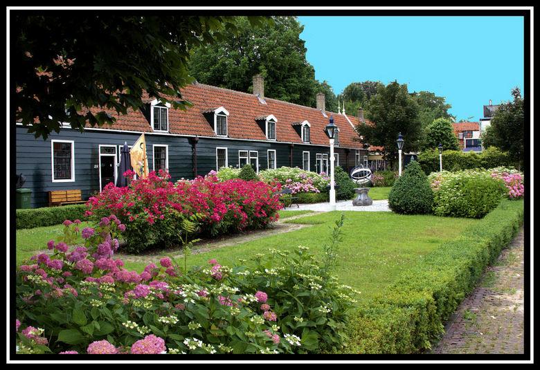 Mooi wonen . - Deze huisjes zijn gebouwd in 1765 . en staan in het hart van Zaanstad   te Wormerveer ..