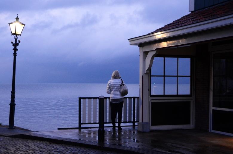 Overpeinzing - Volendam. De regen heeft het gewonnen van de toeristen. Het lawaai heeft ruimte gemaakt voor gedachten waarvan we de diepgang niet kenn