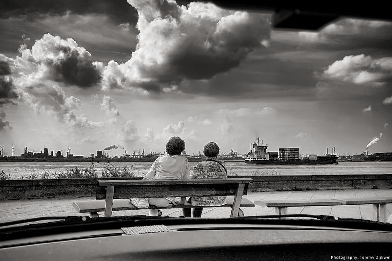 Lekker gezellig bootjes kijken - Aan de Nieuwe Waterweg kijkt men naar in- en uitgaand scheepvaartverkeer. <br /> <br /> De luie fotograaf aan het w