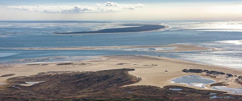 Noordsvaarder, Vlieland en Texel - Panorama vanaf hoog boven de Noordsvaarder op Terschelling met zicht op de eilanden Vlieland en Texel.