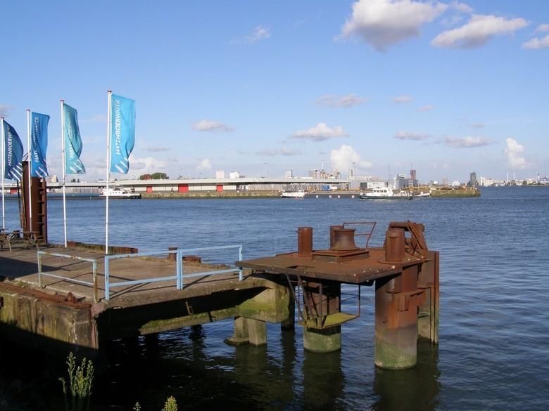 Merwehaven Rotterdam - Merwehaven Rotterdam. Hier vlak bij werden de nieuwe schepen van de GUSTO Schiedam te water gelaten. 2 monumenten zijn er nog v