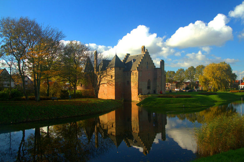 Kasteel Radboud - Kasteel Radboud weerspiegelt op een mooie novemberdag.