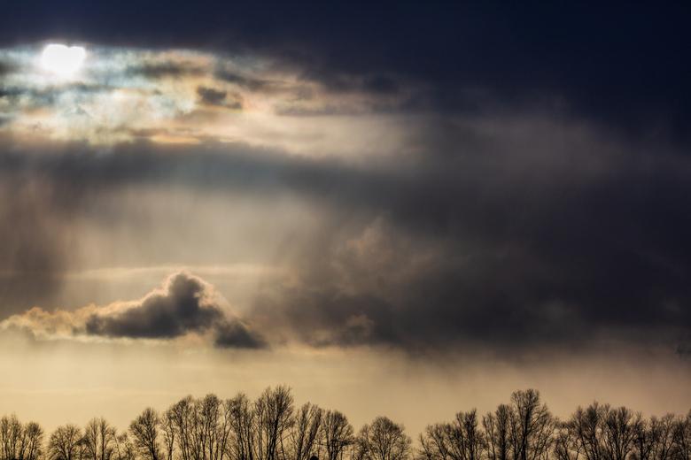 zon wind en regen - winters dagje met zon regen en wind in de overdiepse polder.