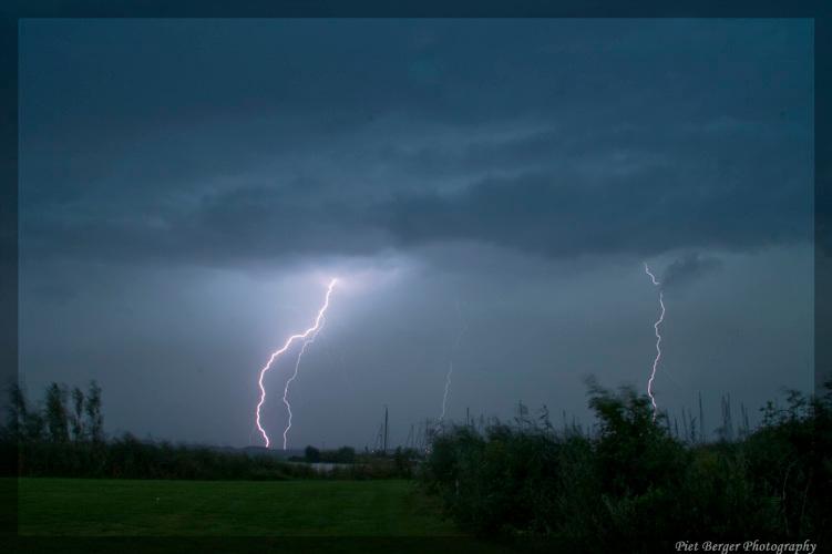 Lightning - Niet erg makkelijk, bliksem fotograferen overdag.<br /> toch is het me gelukt met de juiste camera settings.
